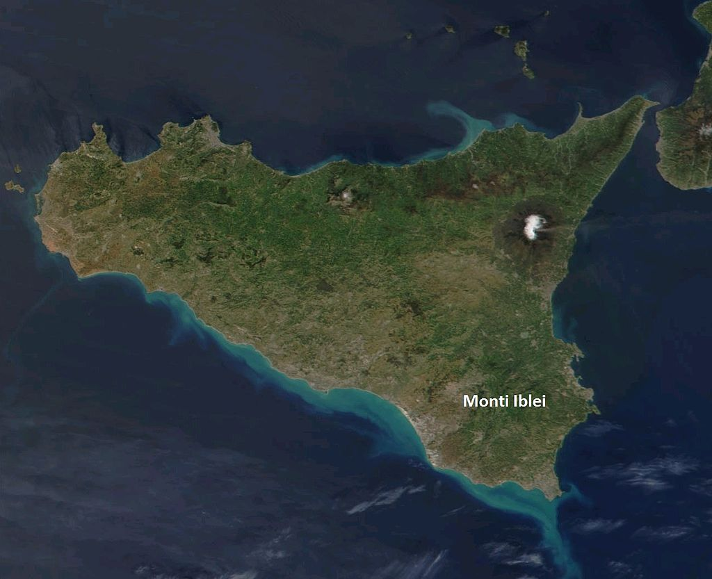 Satellite_image_Sicily_-_Location_of_Hyblaean_Mountains.jpg